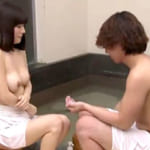 【素人★隠し撮り】某温泉地で声かけたキレイな人妻と童貞の大学生w初対面の二人に混浴の温泉に入ってもらいその様子をモニタリングした結果www