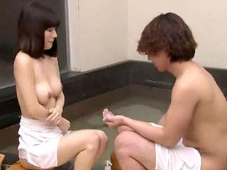 初対面の人妻と童貞の学生に二人きりで混浴に入らせてモニタリング
