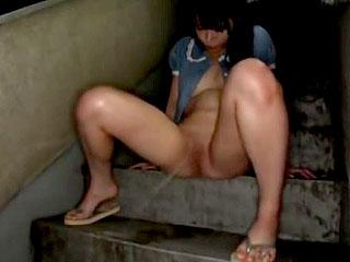 ノーブラのロリ少女に団地の廊下でおしっこさせてフェラさせるエロ動画