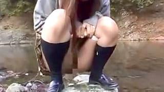 ミニスカ変態JKが野外でオシッコし制服脱いで全裸になる露出エロ動画