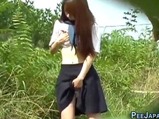 セーラー服の女子校生が人の居ない場所でオナニーしておしっこする動画