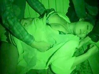 泥酔して道端で寝ている巨乳美女を拉致し複数で輪姦レイプするエロ動画