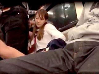 電車で女子校生を集団痴漢し脅迫して拉致輪姦するエロ動画