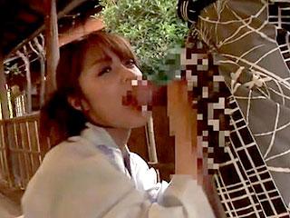 温泉旅行で浴衣を着たみひろに野外でフェラしてもらうエロ動画