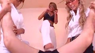 3人の黒ギャルがM男をビンタし蹴りまくる調教プレイのエロ動画