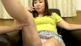 グラマーな熟女ママがマッサージ師にパンチラ見せ付けるエロ動画