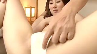 素人で経産婦の人妻が微乳の乳首を弄られ潮吹きするエロ動画