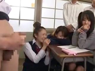 熟女で美人の女教師が性教育で手コキやフェラを実践するエロ動画