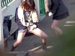 素人の女子高生が外でオシッコする姿を隠し撮りしたエロ動画
