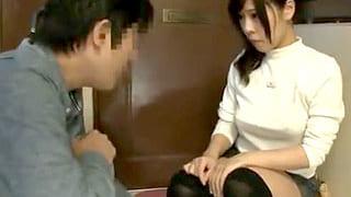 ノーブラで乳首透けてる女子大生を襲ってセックスするエロ動画