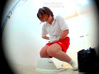 女子トイレの盗撮で女子高生がオシッコをお漏らしするエロ動画