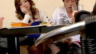 巻き髪のギャルが友達の彼氏に手コキやフェラ抜きするエロ動画