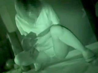 お化け屋敷で女子高生たちがオシッコをお漏らしするエロ動画