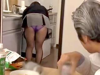 義父が息子の嫁にセクハラし半ば強引にセックスするエロ動画