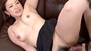 欲求不満な巨乳の人妻が他人の男と不倫のセックスをするエロ動画