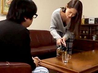ノーブラの人妻が近所の男性を誘惑し不倫のSEXをするエロ動画