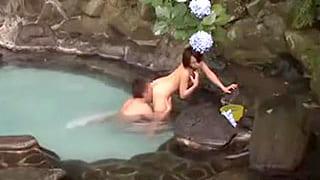 一人旅していた素人女性に混浴で男性客のチンコのサイズを測らせる動画
