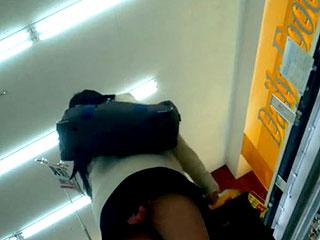 【素人JK★パンチラ盗撮】某スーパーで超ミニスカの女子高生を発見w無理に覗きこまなくても前屈みになってくれるからピンクのおパンティが丸見えwもっと撮ったろwと近づいてガッツリ盗撮してる激ヤバ映像www|おなコレ★シコれるアダルト動画