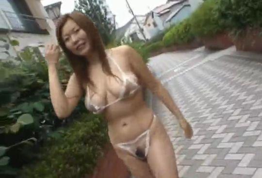 【松坂みるく】爆乳美女の透け透けランジェリー野外露出