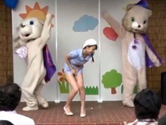 【碧しの】歌のお姉さんが浣腸我慢しながらショーで歌って踊って浣腸噴射www|おなコレ★シコれるアダルト動画