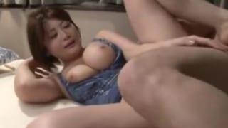 爆乳で優しく包み込む美義母と婿の近親相姦系熟女エロ動画
