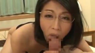 40代メガネ熟女がご奉仕フェラ超イキ捲るスケベおばさんエロ動画
