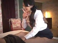 淫乱痴女な人妻が股間を弄り誘惑エロエステする盗撮動画です