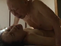 熟女系ヘンリー塚本のエロ動画で老義父の後妻になる未亡人嫁