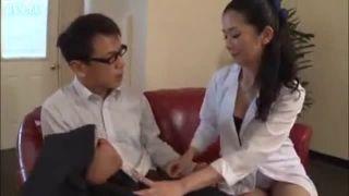 女医がED患者を手コキで勃起させSEXに導く熟女エロ動画