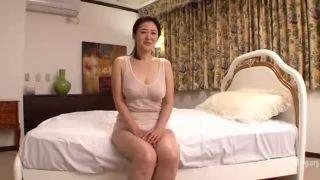 チョー地味の下着な割には積極的な爆乳熟女の熟女エロ動画