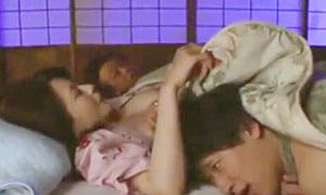 爆乳の義母に夜這いを仕掛けバレ寸前の近親相姦熟女エロ動画