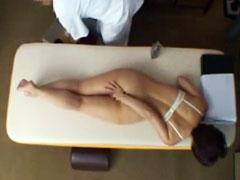 若い奥さんが卑猥マッサージのエロ施術の毒牙に掛る隠し撮り