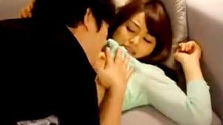 レイプ系エロ動画で泥酔した同級生の若妻が寝取られイキ捲る