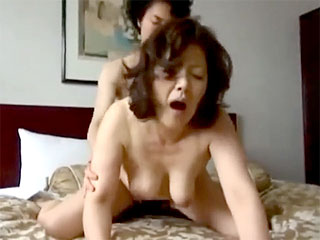 【ナンパ】この年で若い男に声を掛けてもらえるなんてと不倫し捲る浮気妻2名w使い古しのマンコでイキ捲るw|おなコレ★シコれるアダルト動画