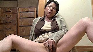 五十路の人妻が夫の出張中に郵便局員を誘惑し不倫SEXし捲る