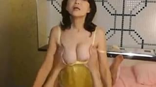素人の50代の主婦が若い男を相手に逆ナンパするSEXエロ動画
