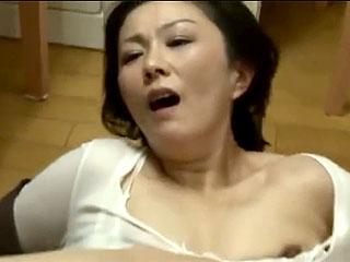 【レイプ】娘の彼氏が訪問し義母となる彼女の母親を無理やり押し倒し犯し捲るがこの母親は発情してしまうw|おなコレ★シコれるアダルト動画