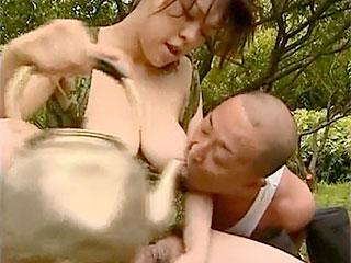 熟女で人妻の妹が農夫兄と青姦!ヘンリー塚本の熟女エロ動画