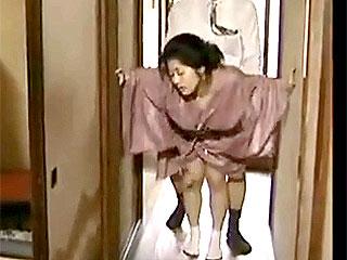 【ヘンリー塚本】昭和の旧家で三十路手前の女が若旦那の愛人でヤッて来てはハメ捲りそして妻の元へと帰る…|おなコレ★シコれるアダルト動画