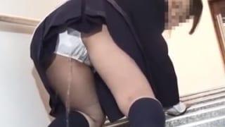 【女子校生エロ動画】外出中の制服女子校生たちがおしっこ我慢してる様子のエロ動画