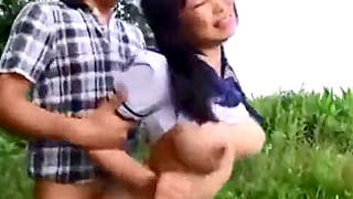 女子旅ドライブ中のセーラー服巨乳JKが道に迷い野外レイプされる青姦エロ動画