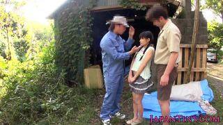 子供みたいなパイパンJCが変態親父に犯され顔射の野外3Pレイプ動画