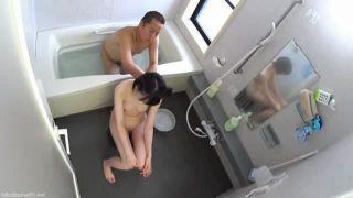 入浴中のJC娘に父親がスケベ悪戯しフェラチオ口内射精する近親エロ動画