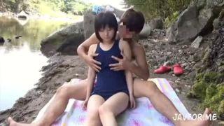スク水姿で川遊びしている美少女JKが変態お兄さんに悪戯される野外SEX動画