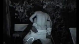 公園で泥酔して寝てるギャルをヤンキー2人がファックする赤外線隠し撮り盗撮